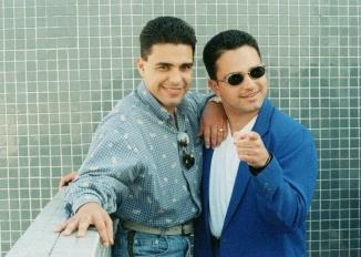 zeze-di-camargo-posa-ao-lado-do-irmao-luciano-em-foto-de-setembro-de-1996-1345146982984_700x500